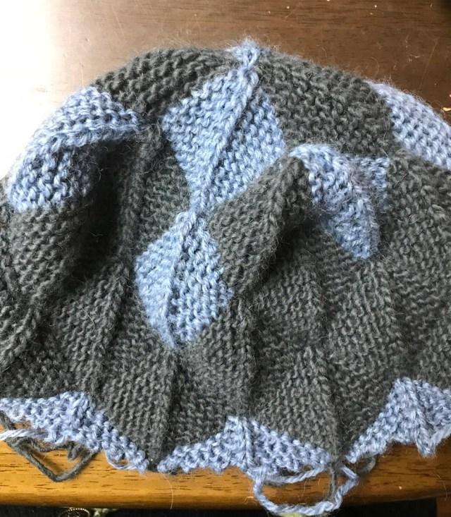 完成が近いSさんのモザイク編みニット帽