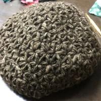 生徒さんベレー帽をリフ編みで編んでます。完成近し。