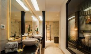 Kamar mandi yang luas dan nyaman di Frangipani Suites, Karmagali