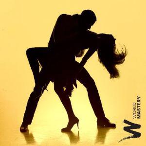Couple de danseurs en renversé