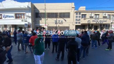Photo of Choferes de colectivos cortaron las calles de Salta para reclamar que les paguen el sueldo