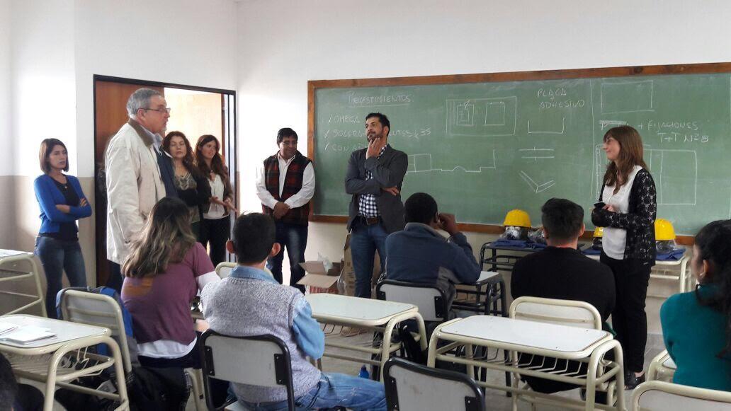 Fundación UOCRA entregó donaciones a los alumnos de la Escuela de Artes y Oficios