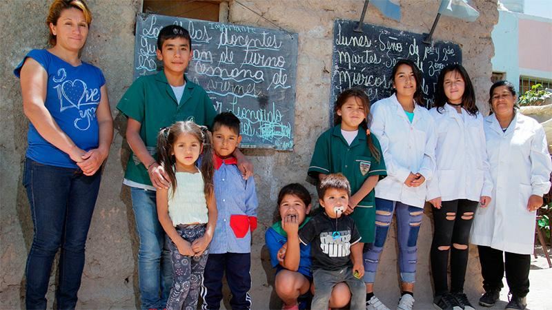 El pequeño profe de 12 años ya tiene 36 alumnos y sueña con un edificio para su escuela