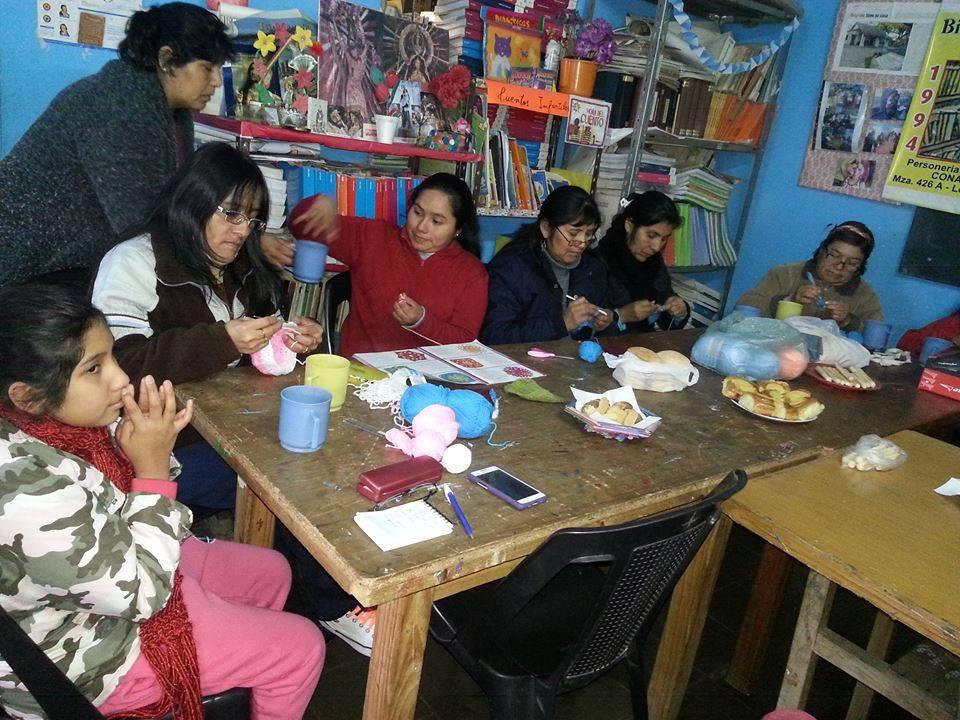 Convocan a voluntarios a tejer mantitas para recién nacidos