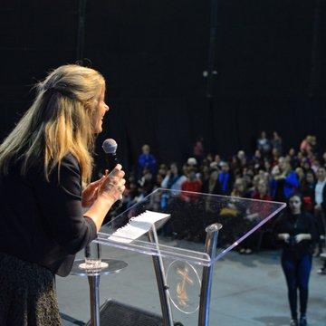 Cynthia Hotton, la precandidata a vicepresidenta del Frente NOS que convoca a miles de mujeres
