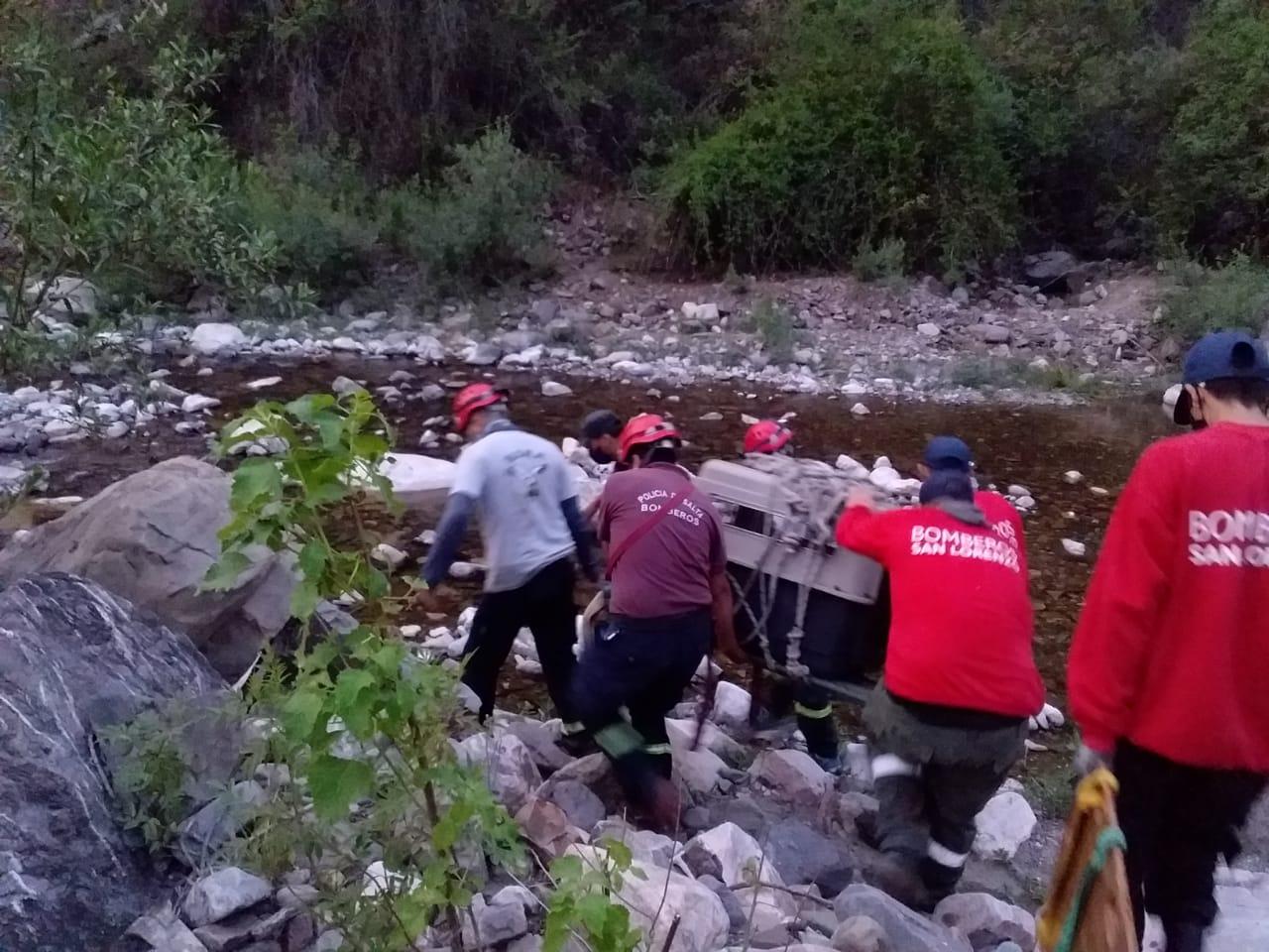 Bomberos voluntarios y  la Policia rescataron a una persona y a su mascota en la cascada de Castellanos