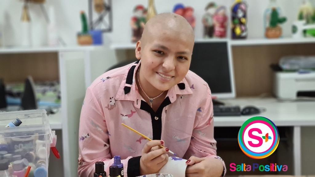 Lulú, la niña que pinta mates para ayudar a su familia