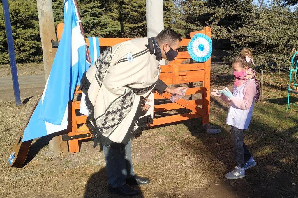Este maestro de Córdoba visitó a sus alumnos casa por casa para que puedan prometer a la Bandera