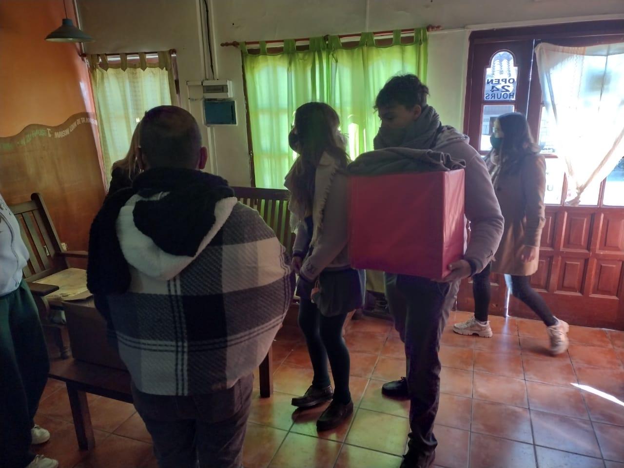 Jóvenes del Colegio San Agustín entregan donación al Refugio Municipal
