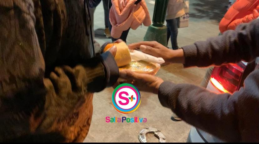 """El grupo solidario """"Un plato caliente Salta"""" entrega comida a personas en situación de calle"""