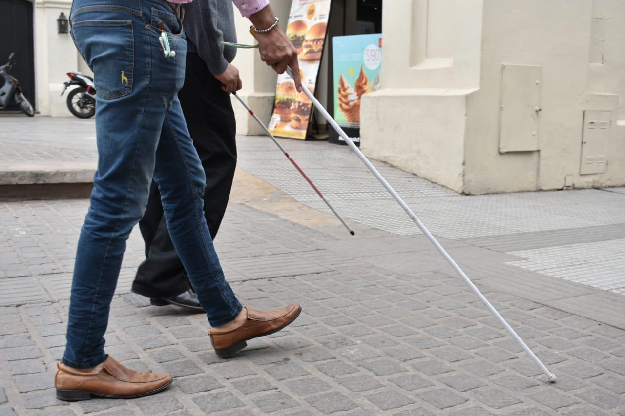 Ciegos realizaron una experiencia vivencial con el bastón blanco a salteños y turistas