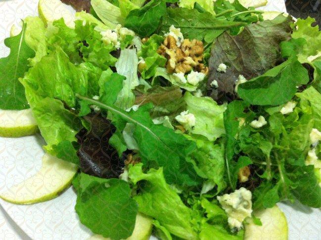 Mix de folhas com pêras, gorgonzola, nozes e balsâmico
