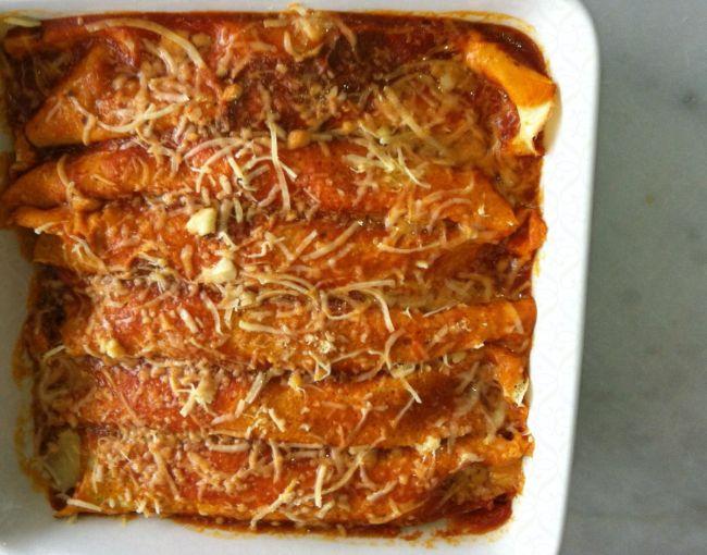 Crepe de carne moída com molho de tomates