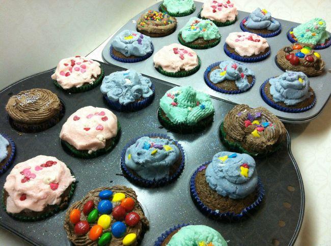 Cupcakes de chocolate com cobertura colorida…