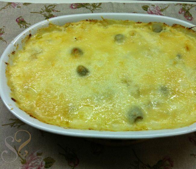 Bacalhau gratinado com batatas, purê de cebolas e azeitonas…