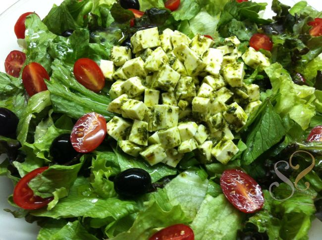 Salada de folhas com cubinhos de queijo ao pesto
