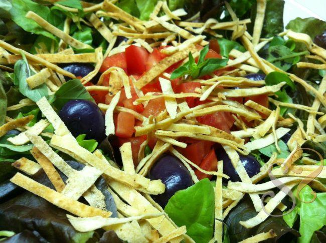 Salada de folhas variadas e croutons de pão árabe