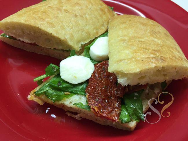 Sanduíche no pão Ciabatta com rúcula, mussarella de búfala e tomate seco…