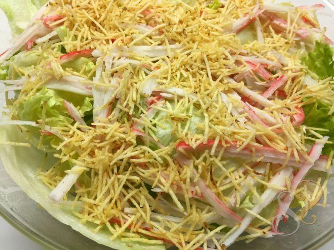 Salada verde com kani Kama e batata palha…