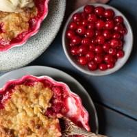 Knäckig röda vinbärspaj med vaniljglass