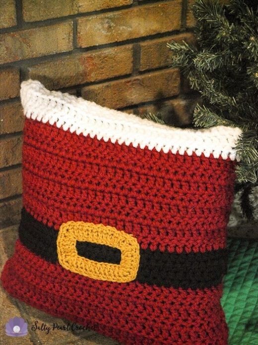 Free Christmas pillow sham crochet pattern from Salty Pearl Crochet!