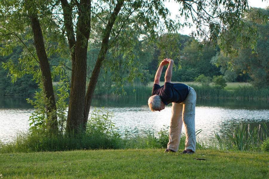 adulto mayor haciendo ejercicio al aire libre