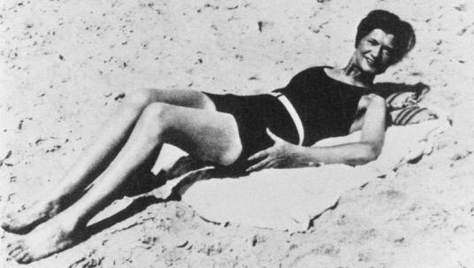 Coco Channel tomando el sol. IMagen blanco y negro en bikini