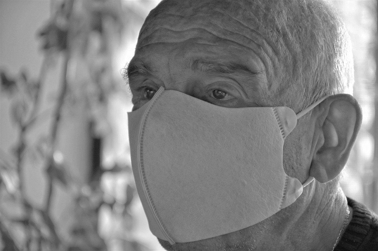 Anciano con mascarilla