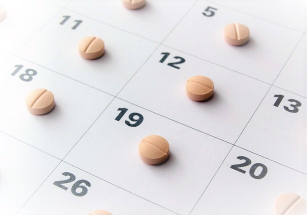 Un calendario en el que cada día hay una pastilla.
