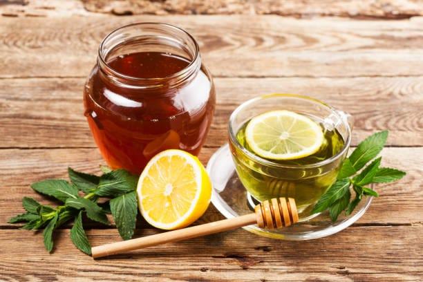 limón con miel para aliviar el dolor de garganta