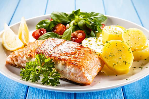 plato de pescado con patatas