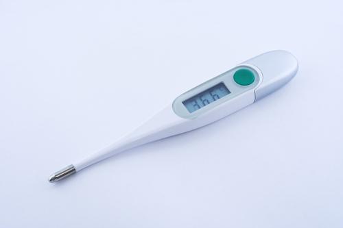 Tome la temperatura de su bebé
