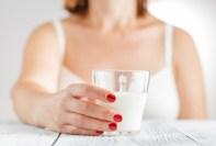 Beber leche causa acné