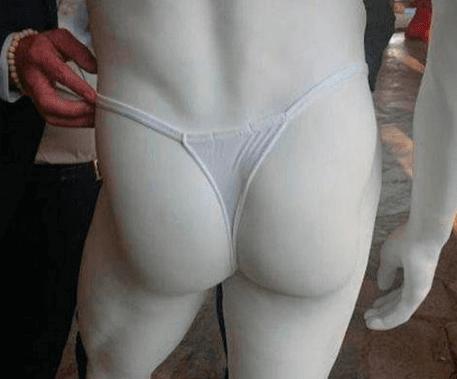 В ЮНЕСКО на статуи одели трусы для соблюдения приличия.
