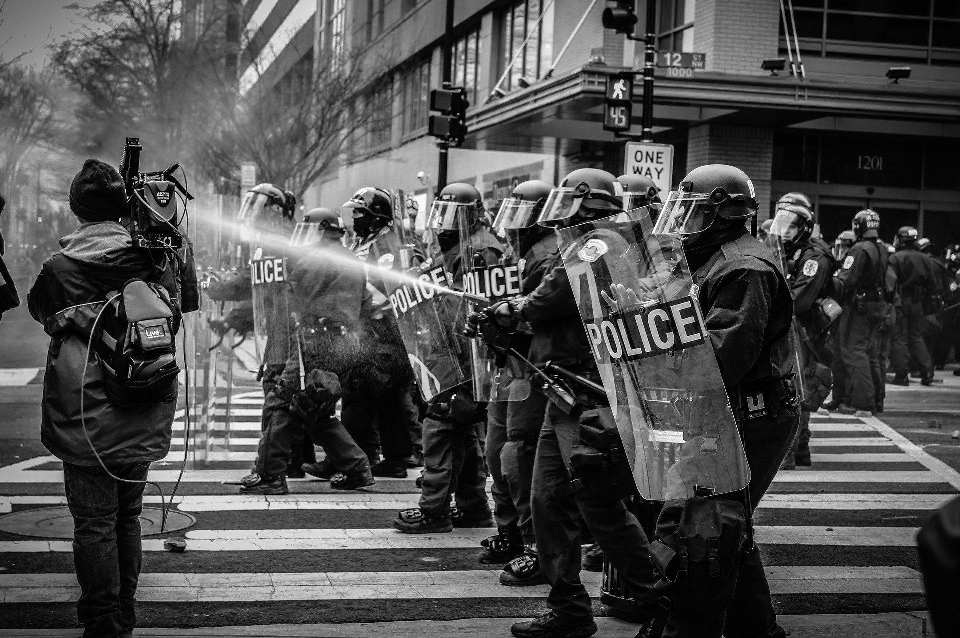 Французская полиция прекратит удушающие приемы и пройдет проверку на рассизм.