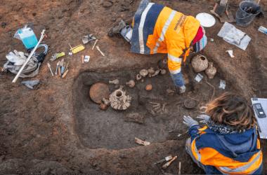Овернь: археологи нашли 2000-летнюю могилу ребенка с его щенком.