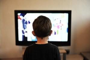 Un bambino davanti alla tv, foto da Pixabay