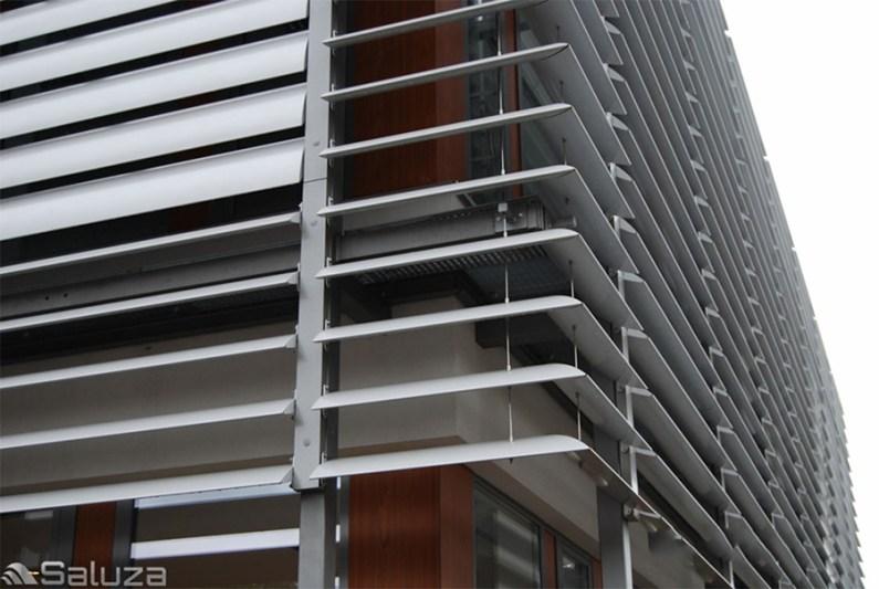 zaluzje elewacyjne stale biale na fasadzie - saluza.eu