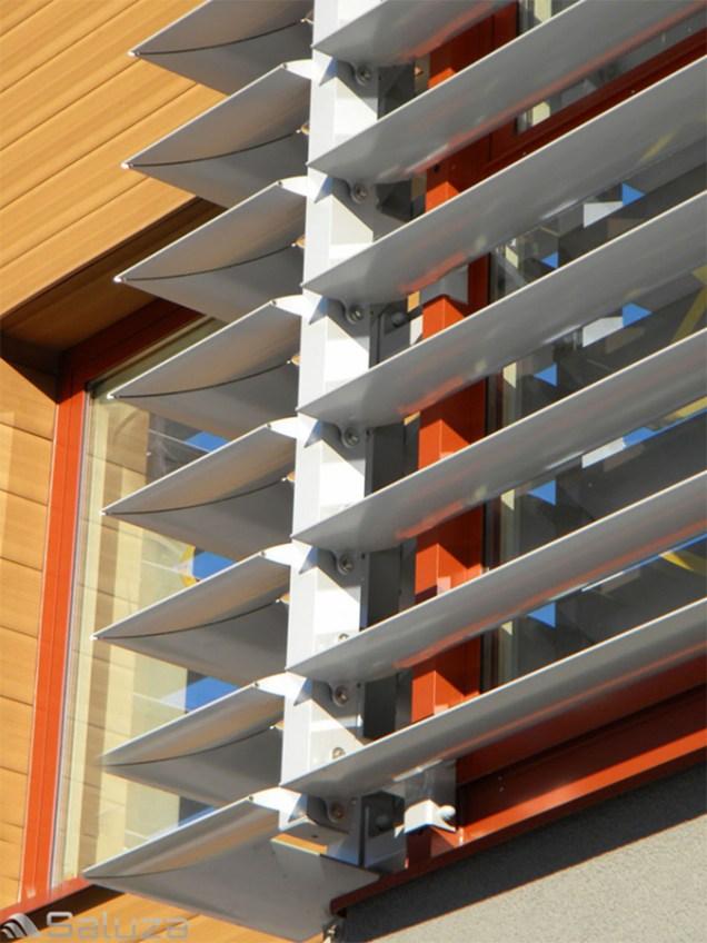 zaluzje elewacyjne ruchome biale na fasadzie - saluza.eu