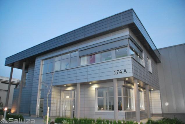 zaluzje fasadowe w kolorze ral 9006 biurowiec - saluza.eu