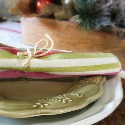 Think hosting a holiday meal has to be complicated? Make your table setting more simple with this thrifted Christmas table setting. Not only is this budget minded but it's less wasteful by using thrifted items to give them a new life.