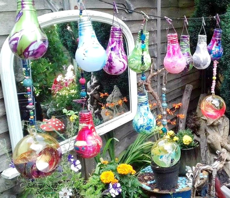Create a unique and beautiful garden space with these diy marbled light bulbs. A great repurpose. #reuse #upcycle #repurpose