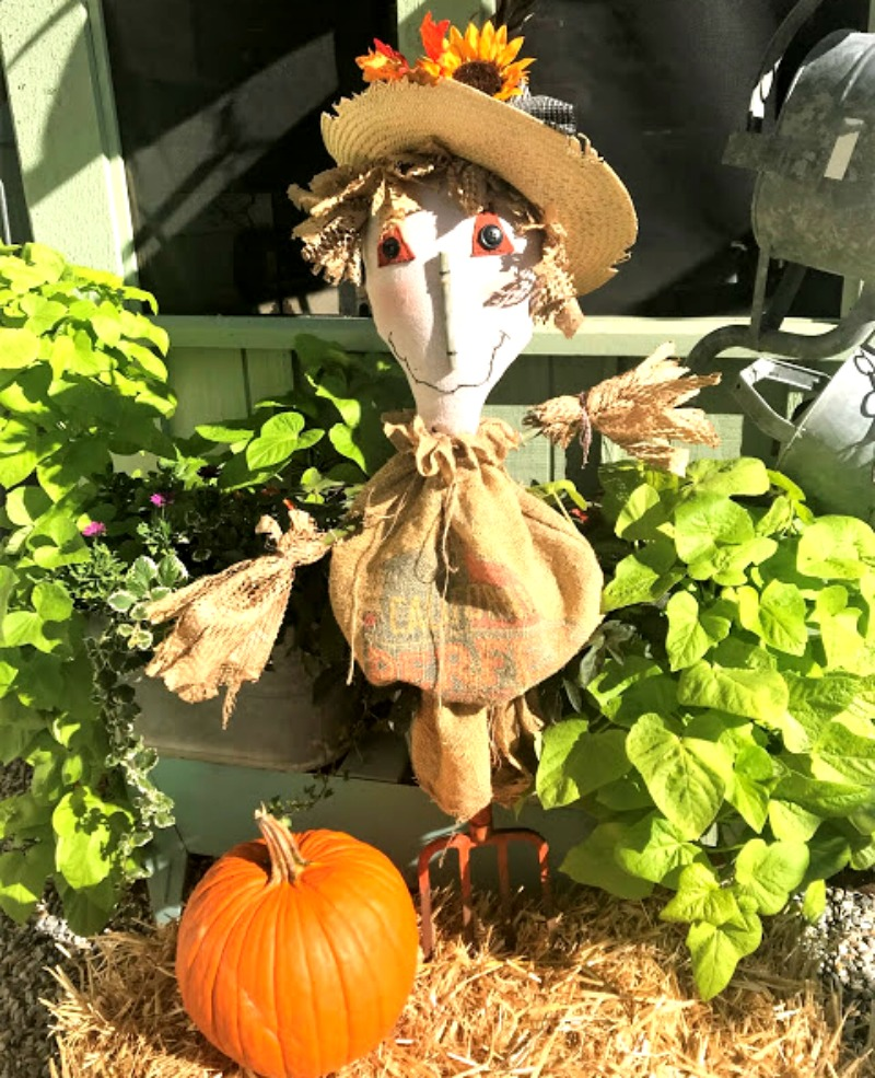 Instructions to make this cute pitchfork scarecrow at salvagesisterandmister.com #craft #falldecor