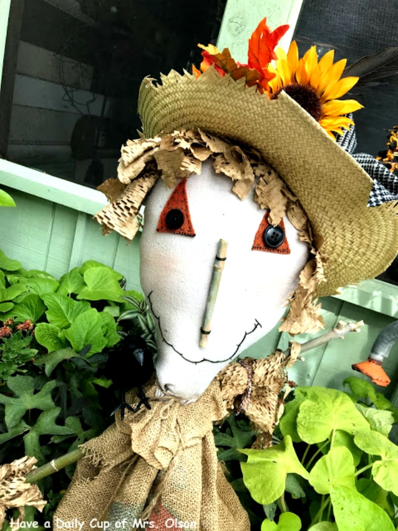 FALL CRAFT - Pitchfork scarecrow is a fun fall activity and makes for great decor. Instructions and a pdf found on salvagesisterandmister.com #fallcraft #falldecor #repurpose