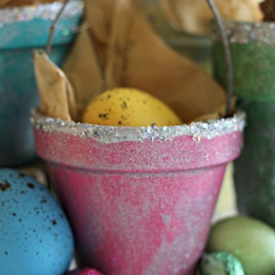 Spring craft - Colorful Spring Terracotta Pot Basket on salvagesisterandmister.com fund for gift givign, home decor, or a place setting for your holiday - Easter table