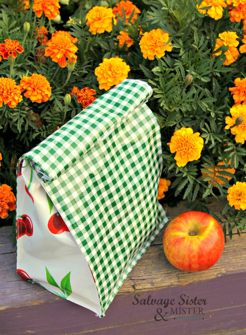 CRAFT TUTORIAL - DIY reusable oilcloth lunch bags on salvagesisterandmister.com