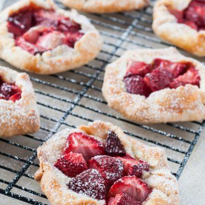 min istrawberry pies galettes on salvagesisterandmister.com