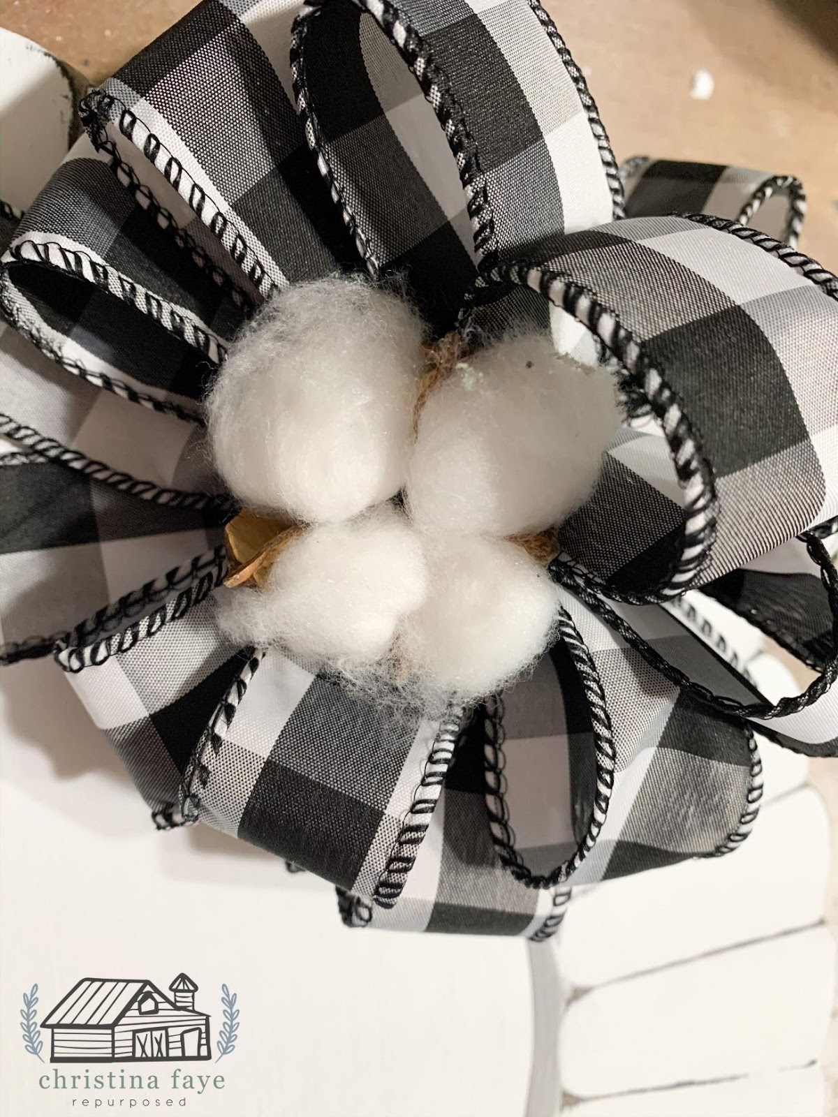 buffalo check and cotton stems farmhouse style charger plate christmas craft on salvagesisterandmister.com