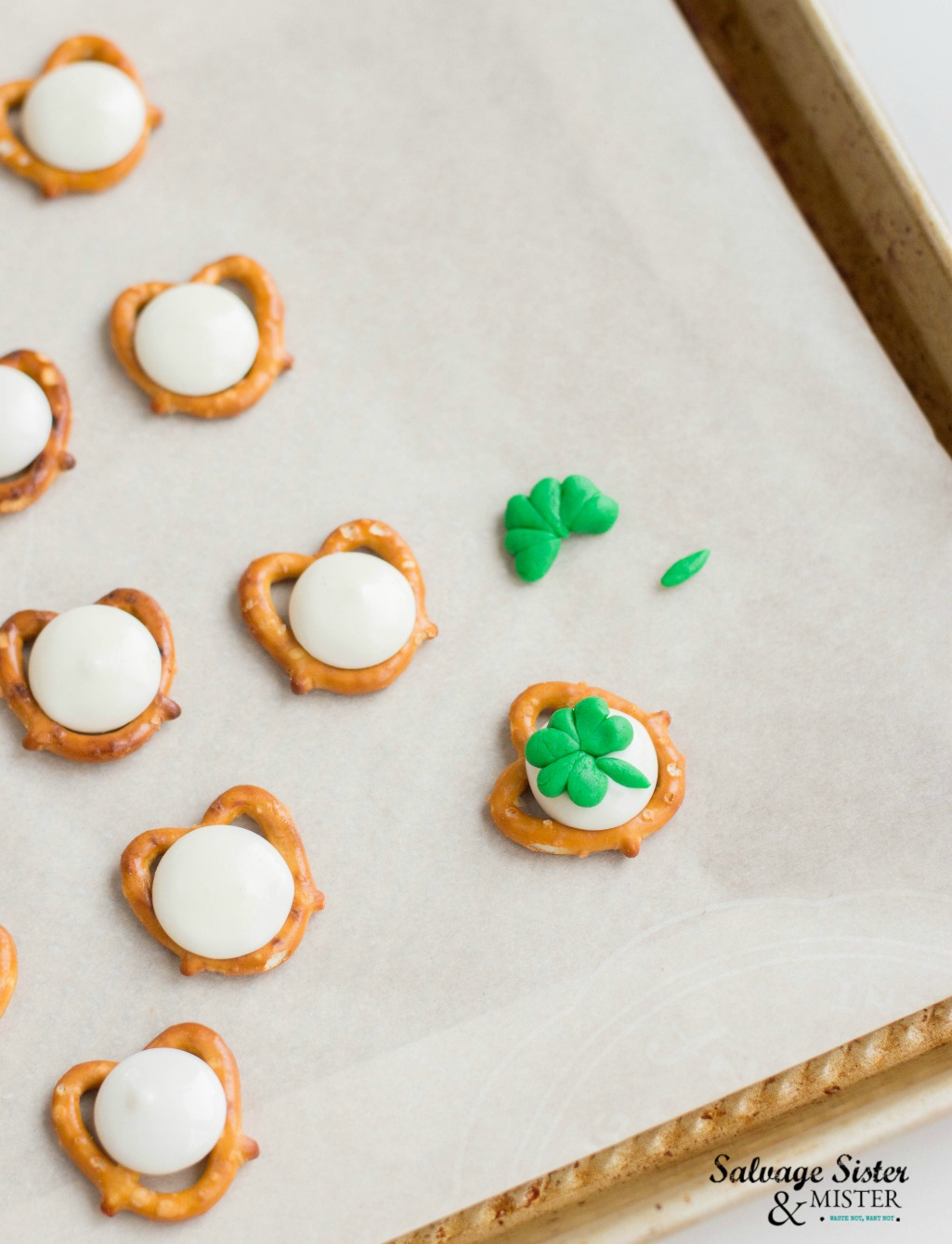 Simple recipe - easy shamrock pretzel snacks on salvagesisterandmister.com