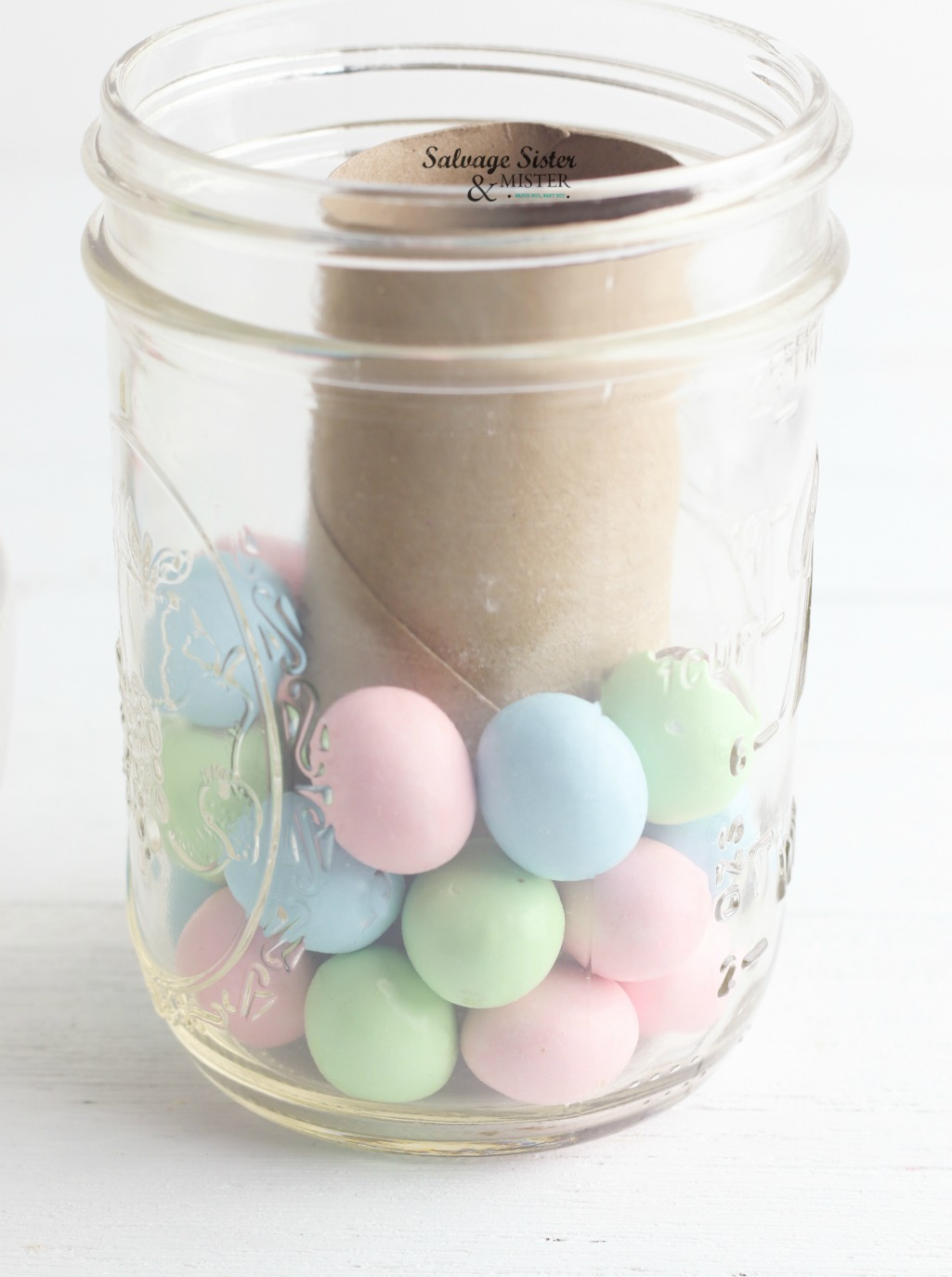 Simple easter craft to make using items you already have (reusing). Make this mason jar candy easter vase for your home. Great way to add some holiday cheer. Craft on salvagesisterandmister.com